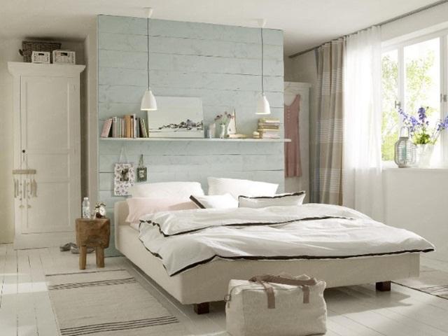 covorase-tesute-din-bumbac-si-raft-decorativ-deasupra-patului-decor-dormitor-mic