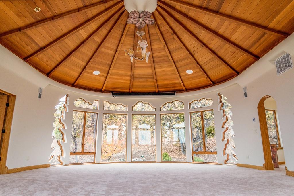 Cum arată casa desprinsă din basme