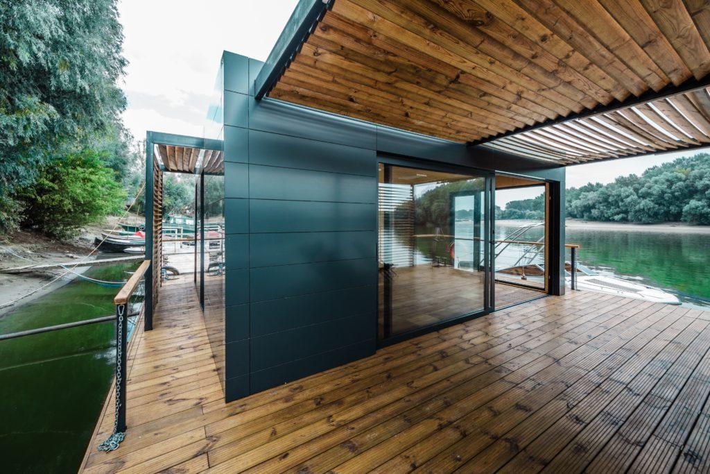 Cum arată casa plutitoare construită în România