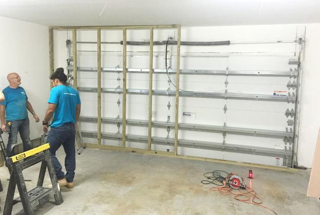 Cum arată un garaj banal transformat în cinema