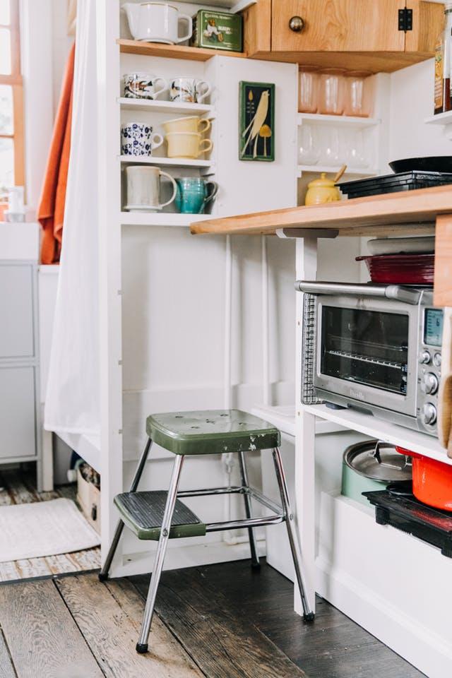 Cinci lecţii de depozitare pe care le oferă această bucătărie mică