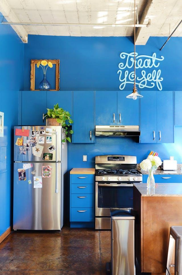 Soluţii pentru spaţiul urât dintre dulapurile de bucătărie şi tavan