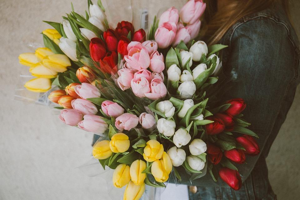 Motivul spectaculos pentru care poţi da cu fixativ de păr pe flori